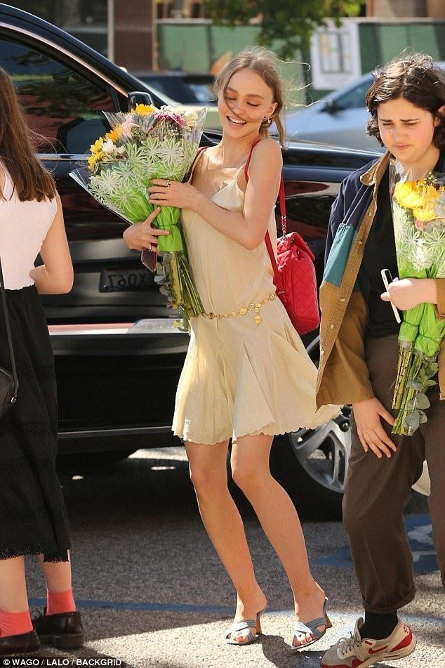 Con gái Johnny Depp đẹp lung linh trong buổi lễ tốt nghiệp trung học - Ảnh 3.