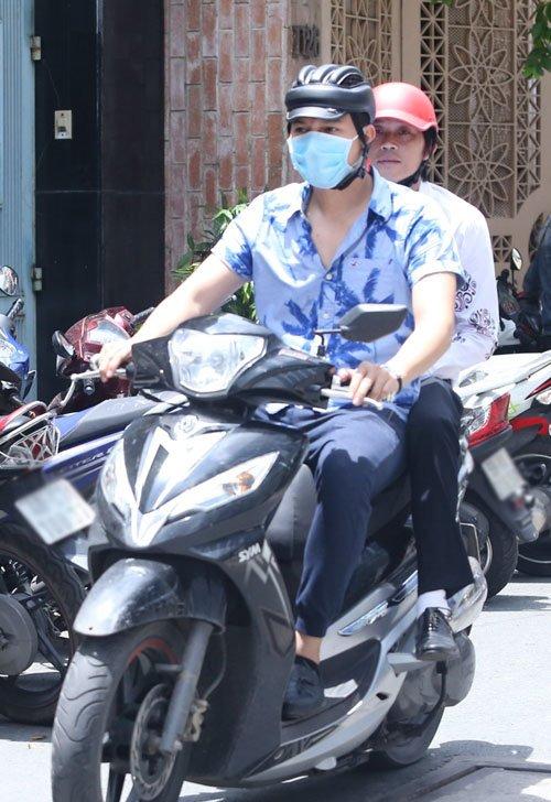 Sau sự hào nhoáng bên ngoài của showbiz, vẫn có những sao Việt giản dị đi xe máy, ăn mì tôm giản dị không tưởng! - Ảnh 1.