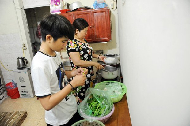 Sau sự hào nhoáng bên ngoài của showbiz, vẫn có những sao Việt giản dị đi xe máy, ăn mì tôm giản dị không tưởng! - Ảnh 35.