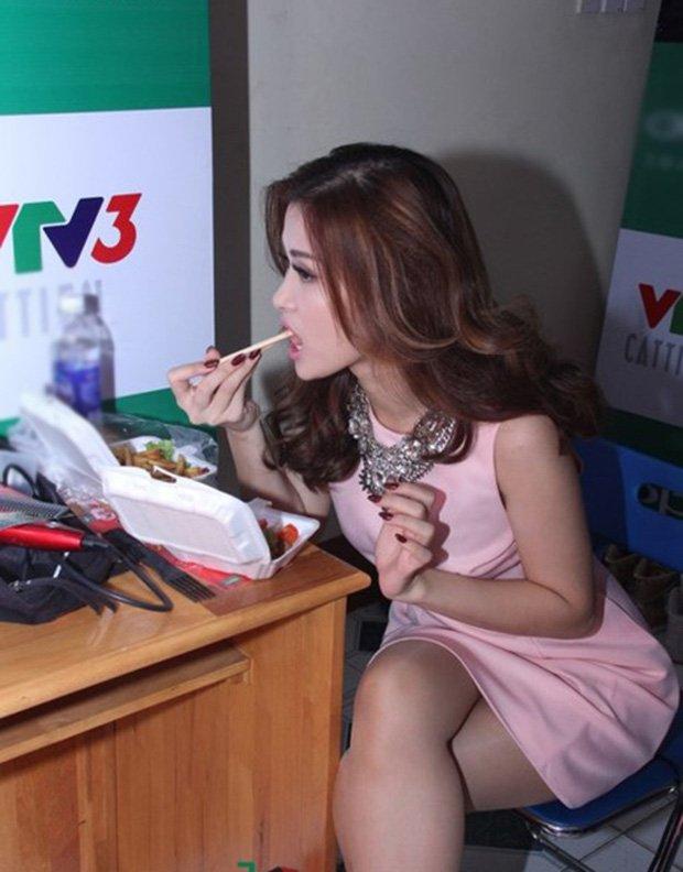 Sau sự hào nhoáng bên ngoài của showbiz, vẫn có những sao Việt giản dị đi xe máy, ăn mì tôm giản dị không tưởng! - Ảnh 21.