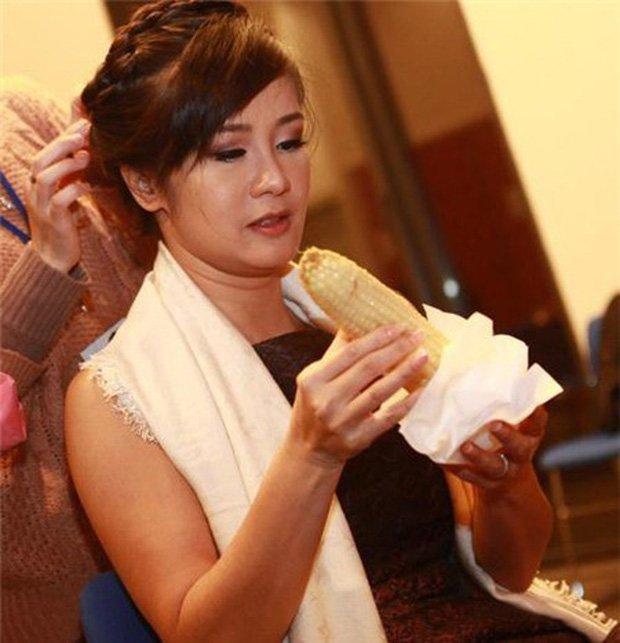 Sau sự hào nhoáng bên ngoài của showbiz, vẫn có những sao Việt giản dị đi xe máy, ăn mì tôm giản dị không tưởng! - Ảnh 23.