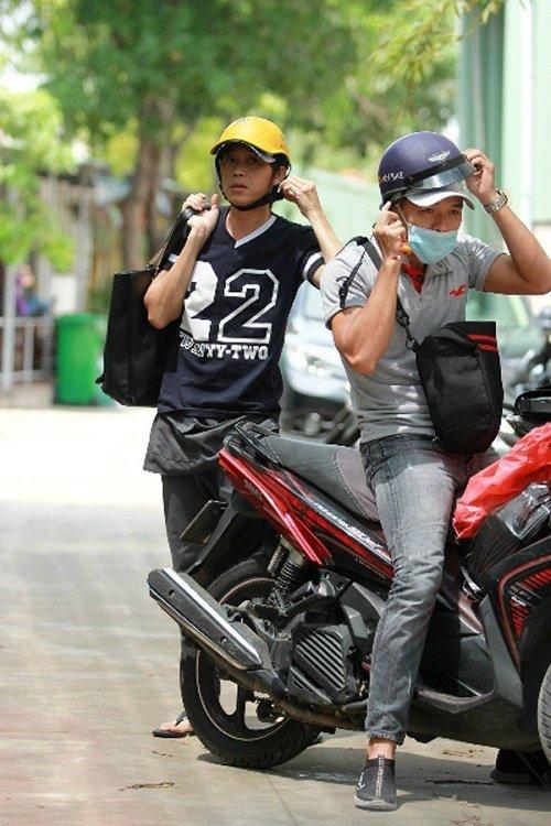 Sau sự hào nhoáng bên ngoài của showbiz, vẫn có những sao Việt giản dị đi xe máy, ăn mì tôm giản dị không tưởng! - Ảnh 2.