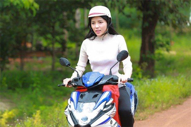 Sau sự hào nhoáng bên ngoài của showbiz, vẫn có những sao Việt giản dị đi xe máy, ăn mì tôm giản dị không tưởng! - Ảnh 15.