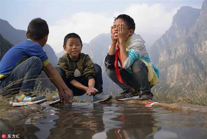 Hoc sinh Trung Quoc leo thang thep vuot vach da den truong hinh anh 9