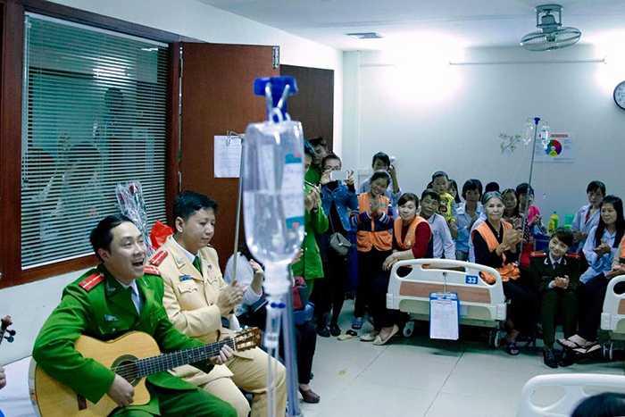 Hinh anh Nguong mo thay giao cong an day guitar cho tre em khiem thi 3