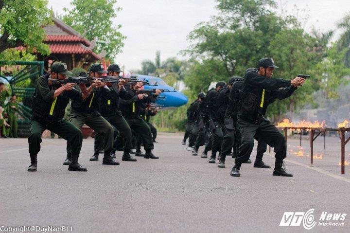 Hinh anh Video: Man nhan man dien tap chong toi pham co vu khi cua sinh vien canh sat 5