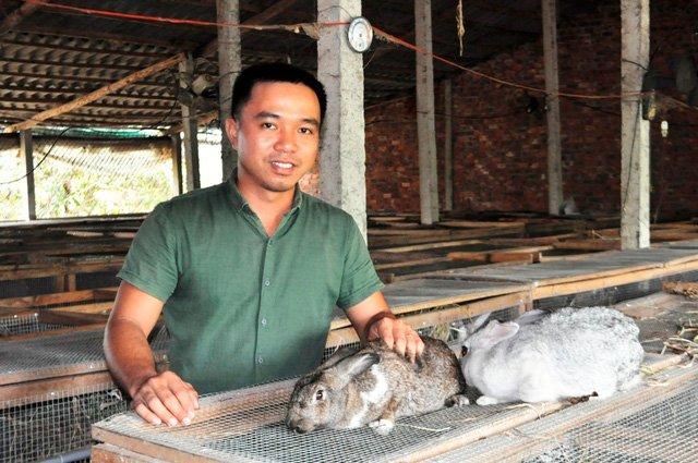 Anh Võ Thành Nghĩa với đàn thỏ của mình