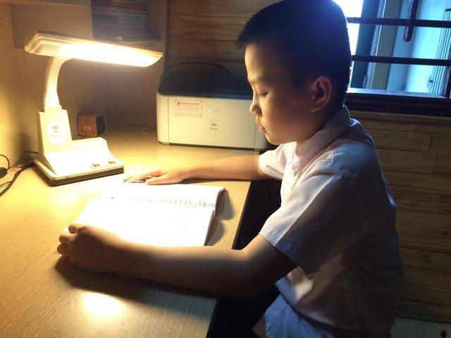 Em Nguyễn Phúc Lương đang say sưa học tiếng Anh.
