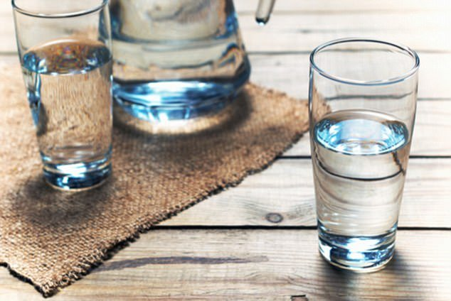 41C1F10800000578-4638330-Anna_suggests_drinking_three_litres_of_water_each_day_to_help_ke-a-36_1498442568927