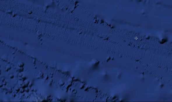 Tanks-tracks-on-the-sea-floor-in-Pacific-849470