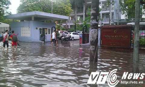 Đường Hà Nội lại ngập lụt sau cơn mưa chiều 7/6