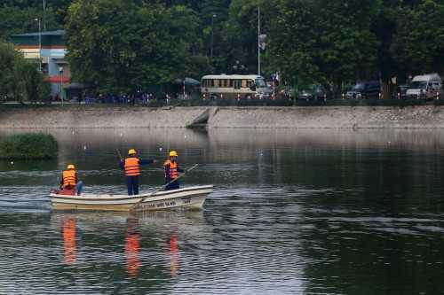 Hồ Ba Mẫu sau nhiều ngày thử nghiệm chế phẩm đặc biệt, nước đã sạch và không còn mùi hôi thối. Ảnh: Bá Đô