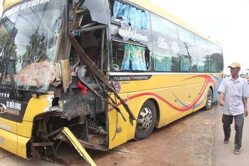 Xe khách hư hỏng nặng sau vụ tai nạn. Ảnh: Thái Hà