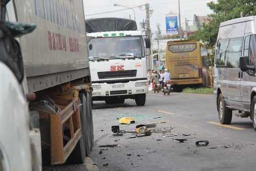 Sau khi tông vào xe container, ôtô khách chao đảo, chạy tiếp một đoạn rồi bay qua con mương bên đường mới dừng lại. Ảnh: Thái Hà