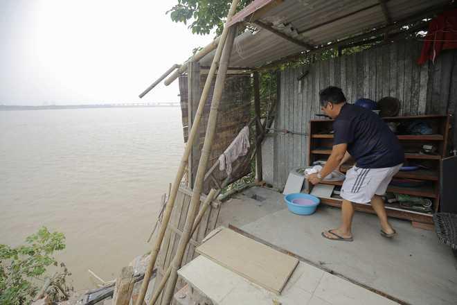 """Hà Nội: Nhà bị """"trôi sông"""", cả khu dân cư nơm nớp lo sợ"""