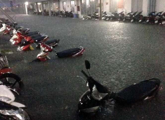 Bãi xe của một công ty ở Q.7 bị ngập sâu trong ngước. Nhiều công nhân khóc ròng vì không có xe để về nhà sau giờ làm -  Ảnh: Bạn dọc Phương Anh