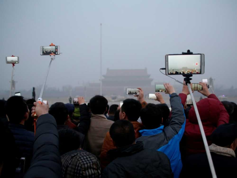 but-not-even-heavy-smog-can-stop-chinese-people-from-watching-the-daily-flag-raising-ceremony-at-tiananmen-square-even-during-a-red-alert