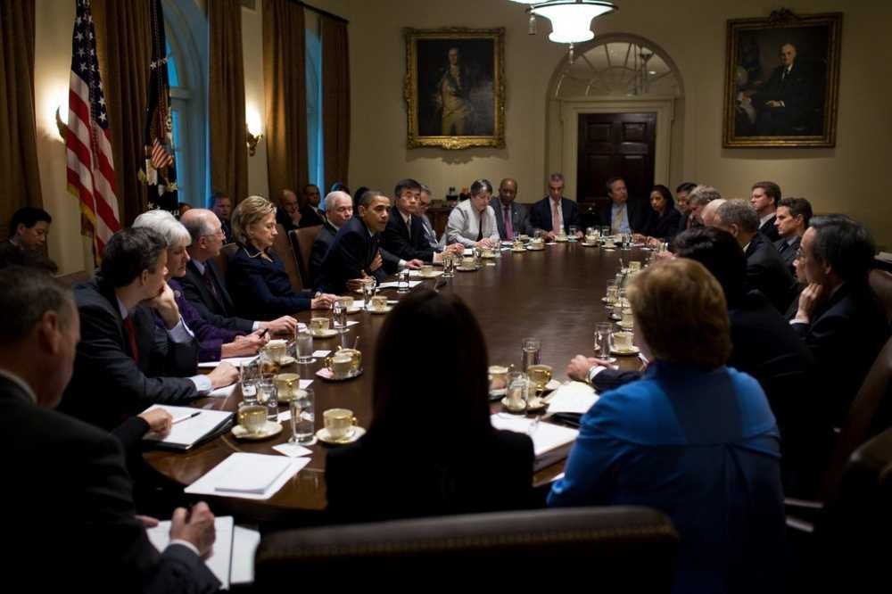 trumps-aides-reportedly-had-meetings-in-the-dark-because-they-couldnt-figure-out-how-to-use-the-light-switches-in-the-cabinet-room