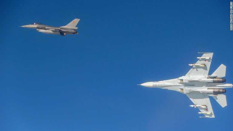 Chiến cơ Su-27 của Nga (dưới) áp sát chiến cơ F-16 của Bỉ
