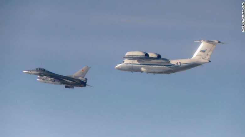 Máy bay An-72 của Nga (sau) và F-16 của Bỉ