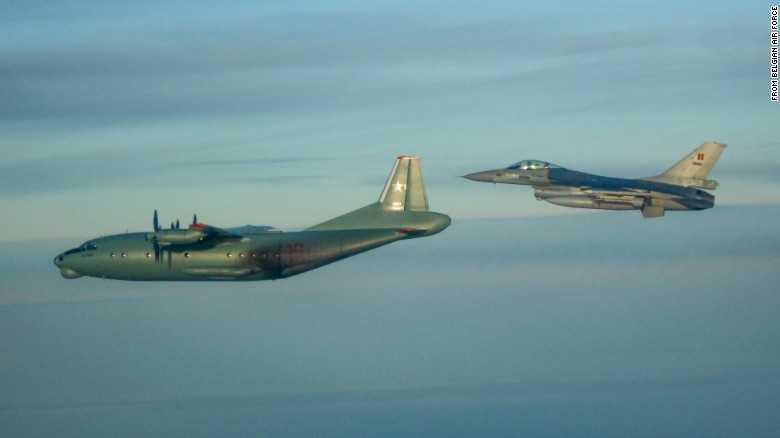 Chiến cơ F-16 của Bỉ áp sát máy bay An-12PPS của Nga