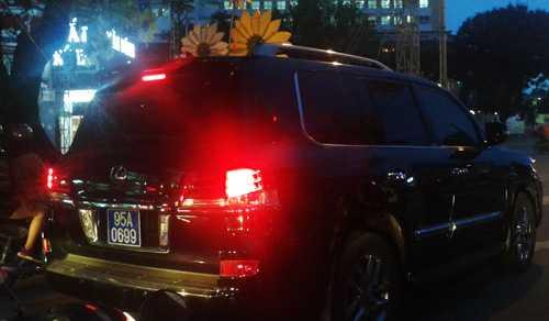 Chiếc Lexus gắn biển xanh chạy trên đường phố miền Tây gây sự chú ý của dư luận. Ảnh: A.X