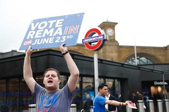 Một người dân cầm tấm biển ủng hộ việc Anh ở lại EU