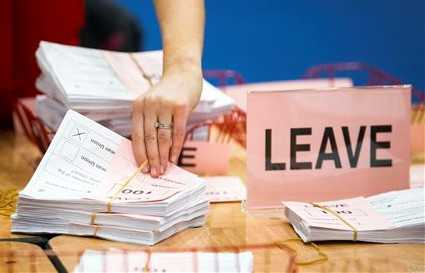 Nhân viên kiểm phiếu trong cuộc trưng cầu dân ý ở Sunderland