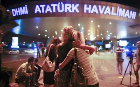 Thân nhân các nạn nhân vụ tấn công sân bay Ataturk đau buồn khi nghe tin dữ