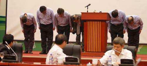 Ban lãnh đạo Formosa Hà Tĩnh cúi đầu xin lỗi. Ảnh: Võ Thành.