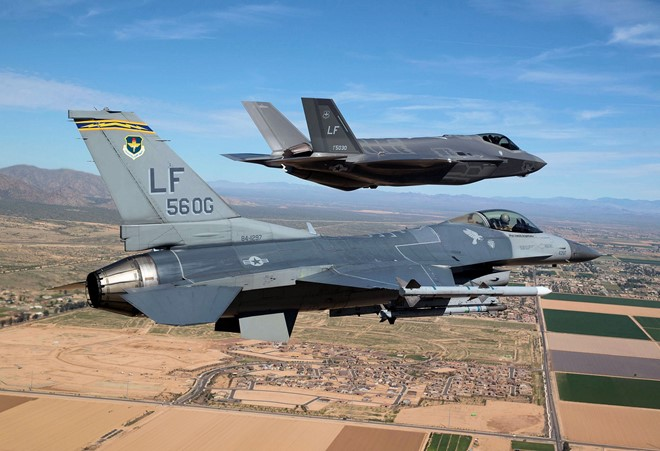 F-35 (trước) tỏ ra lép vế so với F-16 trong không chiến quần vòng. Ảnh: Không quân Mỹ.