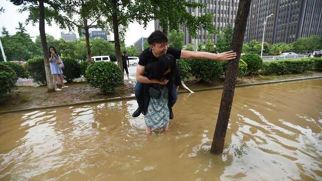 1Hình ảnh cô gái cõng bạn trai qua đoạn đường ngập nước gây tranh cãi trên mạng xã hội Trung Quốc