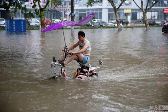 Những cơn mưa lớn khiến tình trạng ngập lụt ở Trung Quốc ngày càng nghiêm trọng