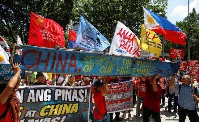 Người biểu tình phản đối Trung Quốc bên ngoài Lãnh sự quán Trung Quốc tại Makati, Philippines