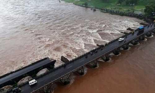 Hiện trường vụ sập cây cầu được xây từ năm 1940 ở Ấn Độ. Ảnh: AFP.