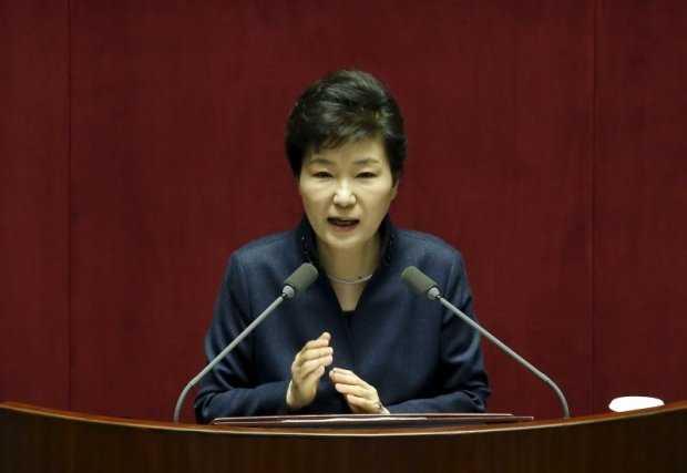 Tổng thống Hàn Quốc Park Geun Hye đứng trước bê bối liên quan đến người bạn thân - Ảnh: Reuters