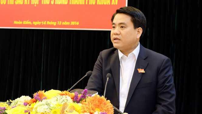 Chủ tịch UBND thành phố Hà Nội Nguyễn Đức Chung trả lời cử tri tại cuộc tiếp xúc ngày 14-12 - Ảnh: XL