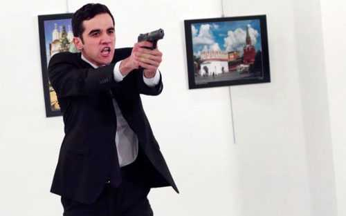 Tay súng ám sát đại sứ Nga tại Thổ Nhĩ Kỳ Andrey Karlov. Ảnh: Telegraph.