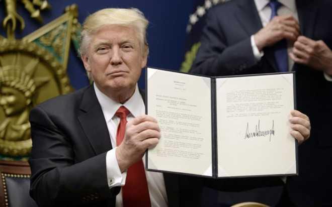 The gioi hoang mang sau lenh cam nhap cu cua Trump hinh anh 1