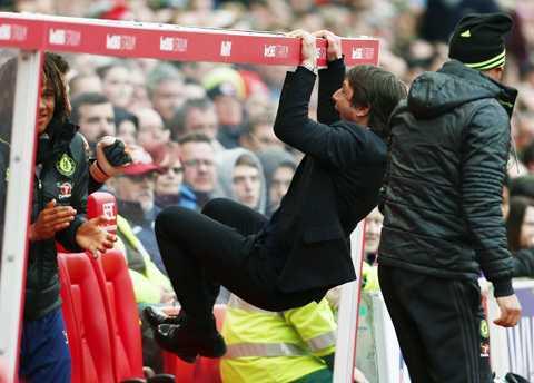 HLV Conte phấn khích với chiến thắng của đội nhà
