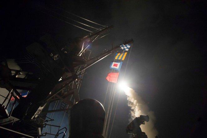 Tên lửa Tomahawk được phóng đi từ tàu khu trục USS Ross trên Địa Trung Hải - Ảnh: Reuters