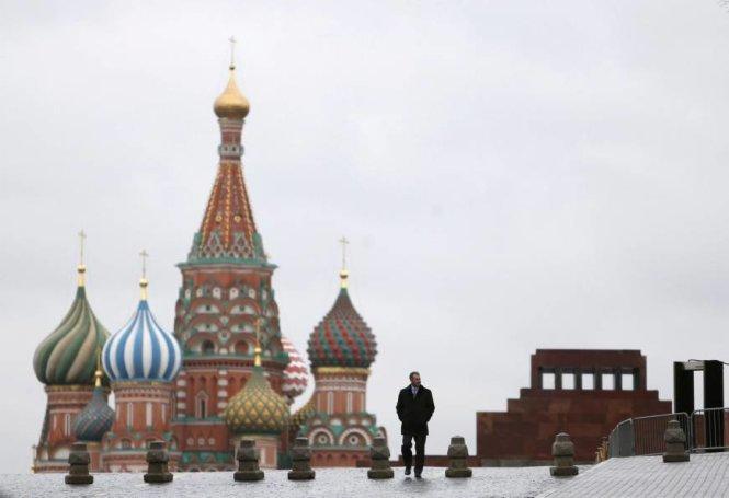 Lăng mộ nhà lãnh tụ Vladimir Lenin (phải) nằm gần nhà thờ thánh Basil tại Quảng trường Đỏ ở trung tâm thủ đô Matxcơva, Nga - Ảnh: Reuters