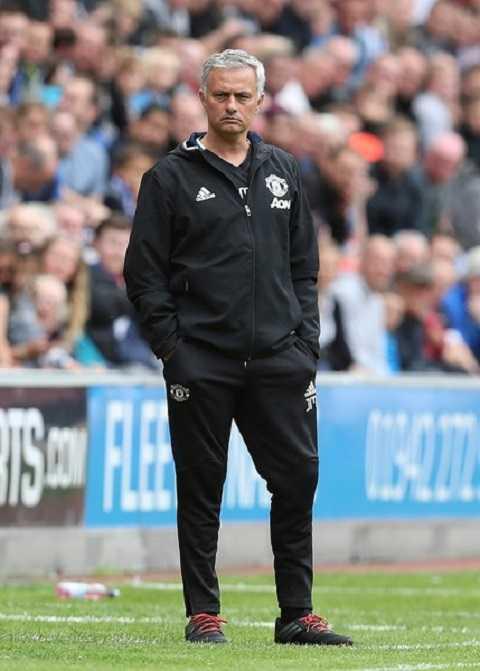 Mourinho luôn đứng khi chỉ đạo học trò