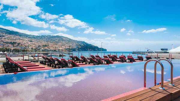 Bể bơi trên tầng thượng nhìn ra khung cảnh biển lãng mạn. Khách sạn có cả bể sục và bể tắm hơi.