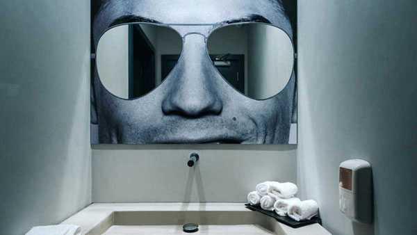 Phòng tắm độc đáo nơi khách có thể soi gương qua cặp kính của siêu sao đắt giá...