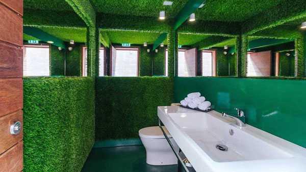 ... hoặc thưởng thức cảm giác tắm giữa khung cảnh như ở trong sân cỏ với những bức tưởng mô phỏng các đám cỏ.