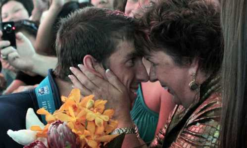 Michael Phelps chia sẻ chiến thắng với mẹ sau giải đấu ở Thượng Hải, Trung Quốc năm 2011. Ảnh: Cnn.