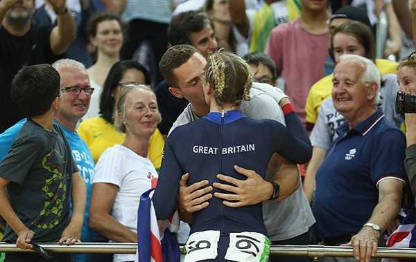 Nữ VĐV đua xe đạp Anh Becky James đắm đuối hôn bạn trai George North sau khi đoạt HC bạc nội dung đua lòng chảo.