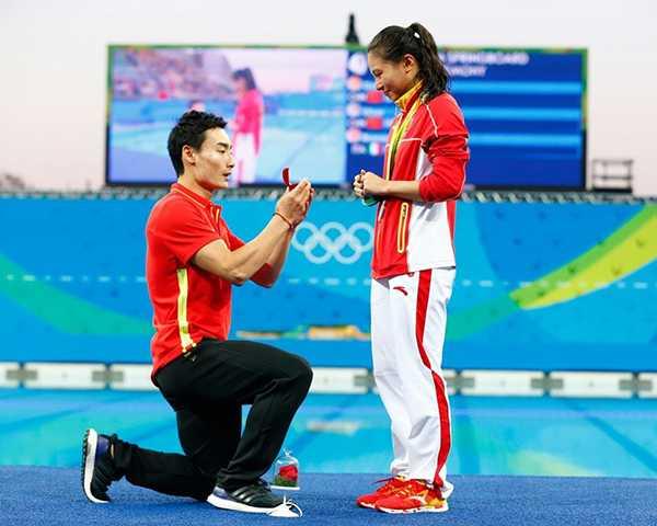 Hôm 14/8, nữ VĐV Trung QuốcHe Zi để tuột mất chiếc HC vàng nội dung nhảy 3m ván mềm nhưng bù lại, cô nhận được món quà rất ý nghĩa từ bạn traiQin Kai - cũng là đồng nghiệp ở môn nhảy cầu. Ngay sau khiHe Zi nhận HC bạc,Qin Kai bất ngờ tiến đến quỳ gối, ngỏ lời cầu hôn với cô trước sự chứng kiến của đông đảo khán giả.
