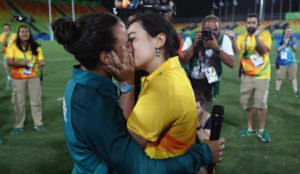 Isadora hạnh phúc nhận lời và hai người trao nhau nụ hôn ngọt ngào trong tiếng vỗ tay chúc mừng của những người chứng kiến. (Xem video).